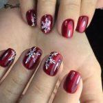 красные ногти и снежинки