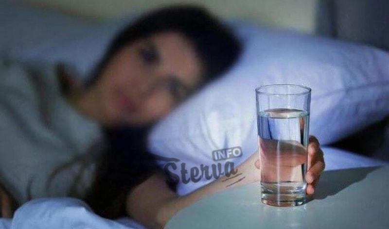 Пить воду на ночь, когда вы собираетесь ко сну