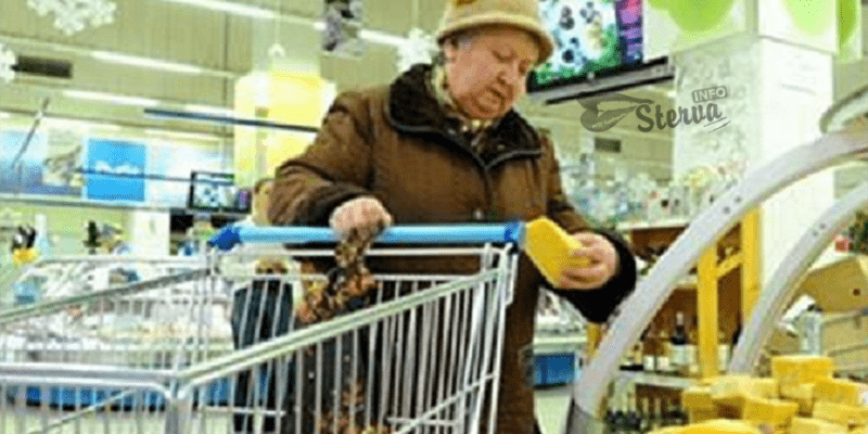 Старушка феерично отомстила кассирше в магазине. Будет знать, как хамить людям