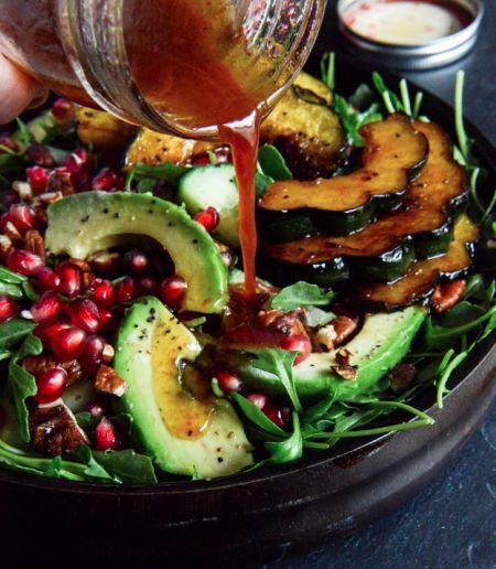 Салат с авокадо, пекинской капустой и гранатом
